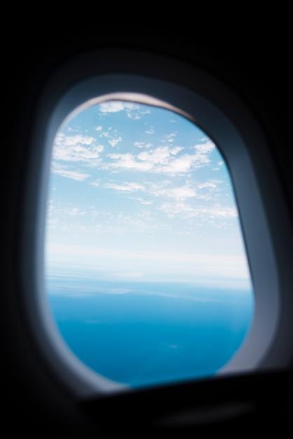 Flugzeugfenster mit himmel und meer lanscape Kostenlose Fotos