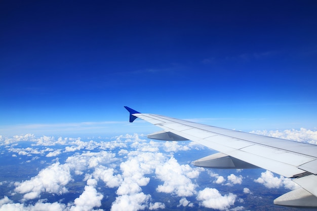 Flugzeugflügel sehen sie wolken im dunklen himmel. Premium Fotos