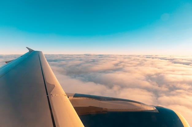Flugzeugflügelansicht über den wolken vom fenster Premium Fotos