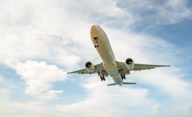 Flugzeuglandung und hintergrund des blauen himmels Premium Fotos