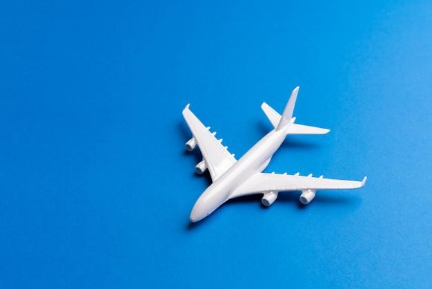 Flugzeugmodell für online-ticket und tourismus-konzept Premium Fotos