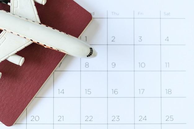 Flugzeugmodell mit papierkalender. reiseplan Premium Fotos