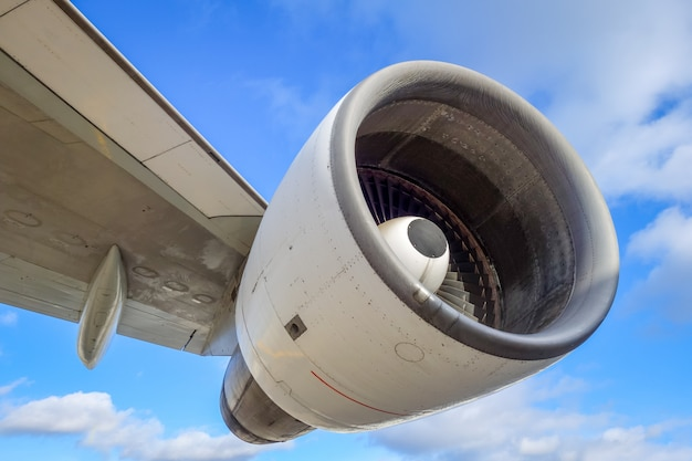 Flugzeugmotor und flügel Premium Fotos