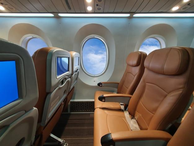 Flugzeugstuhl durch linie innerhalb des flugzeugs Premium Fotos