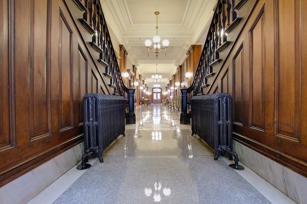 Flur mit antikem heizkörper in pioneer courthouse Premium Fotos