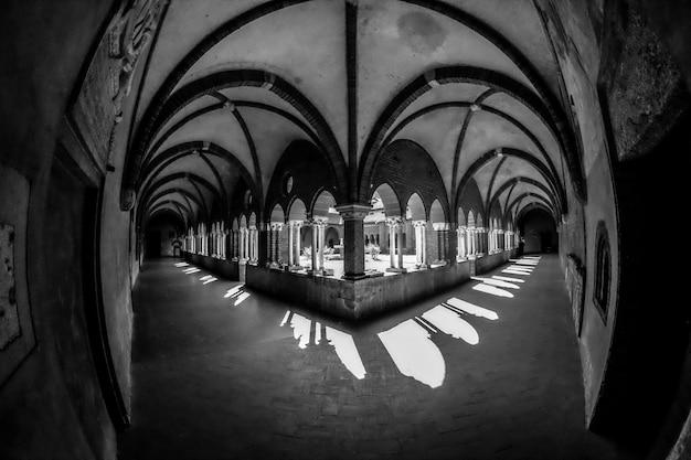 Flur mit gewölbten fenstern aus einer schwarz-weißen ecke Kostenlose Fotos