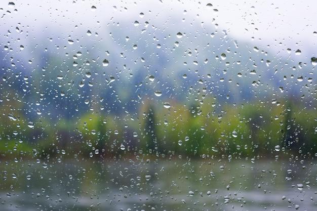 Flussansicht durch fenster am regnerischen tag Premium Fotos