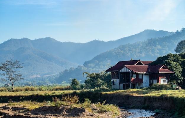 Flusshaus, berg, landschaft in chiang mai Premium Fotos