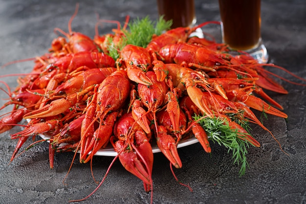 Flusskrebs. rot gekochte langusten auf tabelle in der rustikalen art, nahaufnahme. hummer-nahaufnahme. Premium Fotos