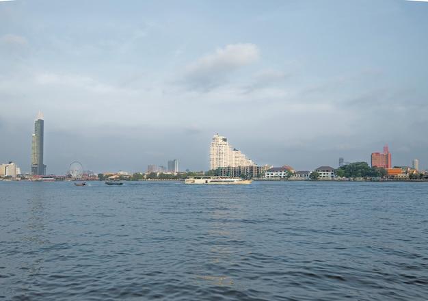 Flusskreuzfahrten in the chao phraya bietet zugang zu sehenswürdigkeiten in bangkok Premium Fotos
