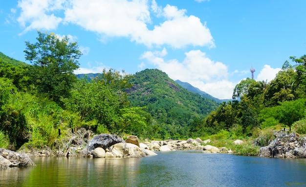 Flusslandschaft und berg. Premium Fotos