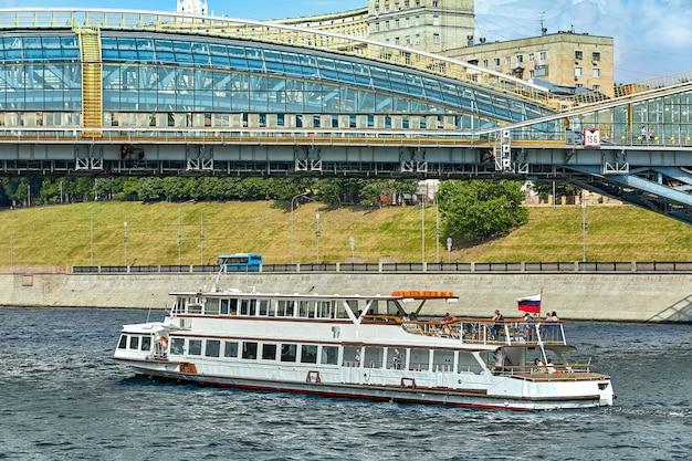 Flussschiff in der stadt Premium Fotos