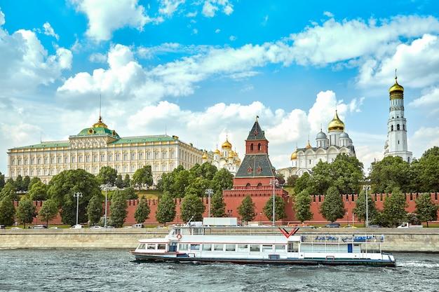 Flussschiff vor dem kreml Premium Fotos