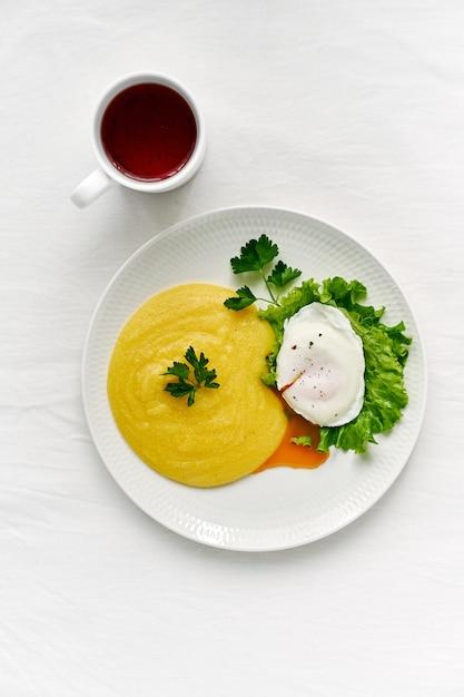 Fodmap-diät, pochiertes ei benedict mit polenta und parmesan Premium Fotos