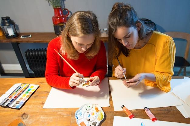 Fokussierte kunstschüler, die malerei lernen Kostenlose Fotos