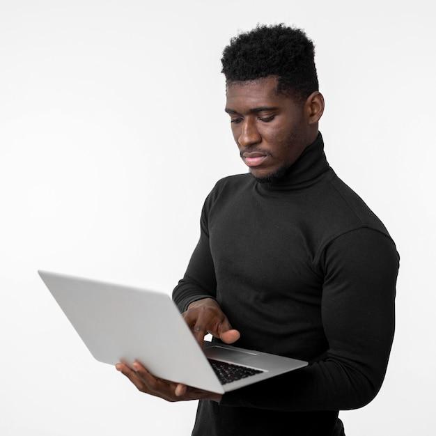 Fokussierter mann mit einem laptop Kostenlose Fotos