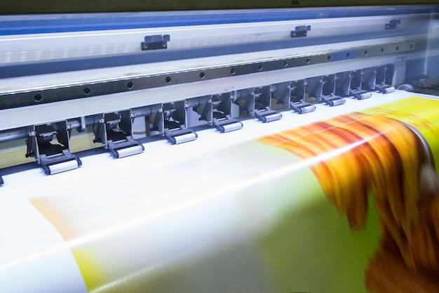 Formatieren sie den großen tintenstrahldrucker, der an vinyl arbeitet Premium Fotos
