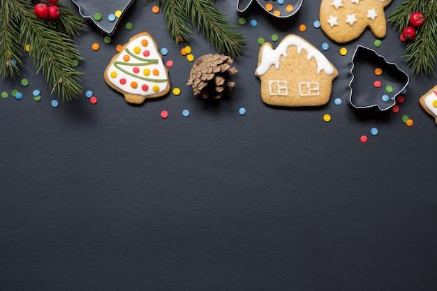 Formulare zum kochen und weihnachtsplätzchen auf schwarzem hintergrund Premium Fotos