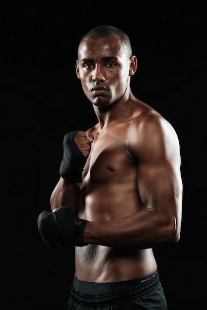 Foto des konzentrierten hübschen jungen starken afroamerikanischen boxers, der aufwirft Kostenlose Fotos