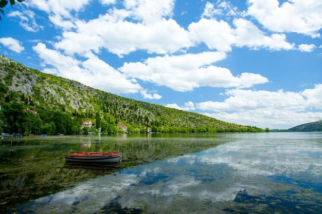 Foto des netten bootes im meer auf dem wunderbaren inselhintergrund im sonnigen griechenland Premium Fotos