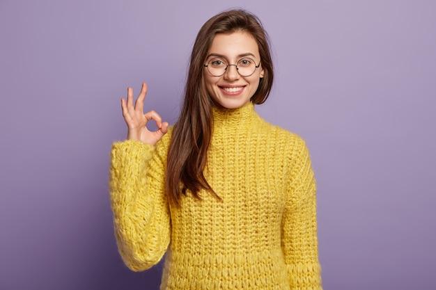 Foto des positiven europäischen weiblichen modells macht okay geste, stimmt mit netter idee überein Kostenlose Fotos