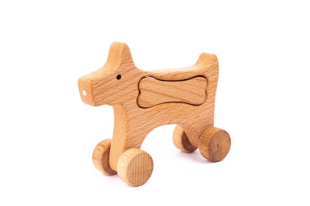Foto eines hölzernen hundes mit dem knochen auf rädern der buche. Premium Fotos