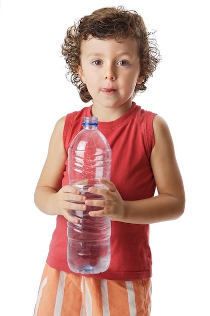 Foto eines trinkwassers des entzückenden jungen a über weißem hintergrund Premium Fotos