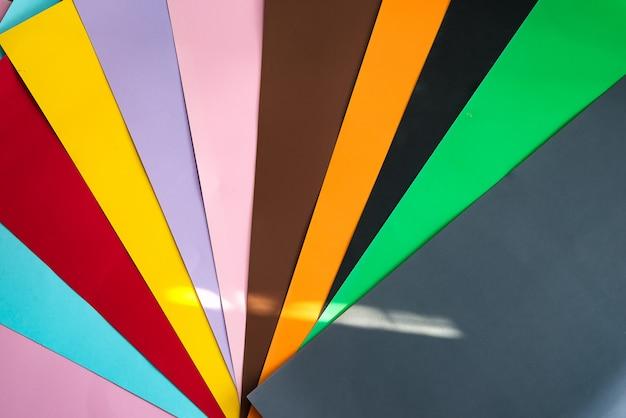 Foto geschossen vom mehrfarbigen hintergrund Premium Fotos