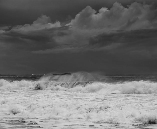 Foto von großen wellen entlang der sunshine coast unter dunklem bewölktem himmel in queensland, australien Kostenlose Fotos