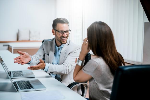Foto von zwei kollegen, die über das projekt im büro sich besprechen. Premium Fotos