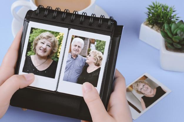 Fotoalbum mit sofortigen fotos des älteren paares Premium Fotos