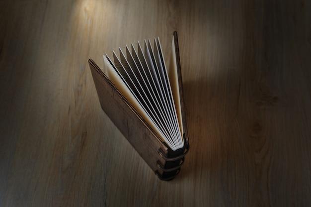 Fotobuch auf einer holzoberfläche Premium Fotos