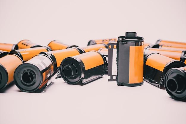 Fotofilm in der patrone lokalisiert auf weißem hintergrund. Premium Fotos