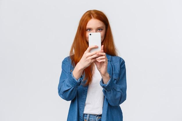 Fotofilter einschalten. fröhliche und süße weibliche rothaarige lifestyle-bloggerin Premium Fotos