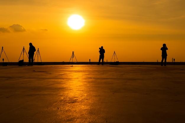 Fotograf, der bilder auf einem hohen gebäude macht Premium Fotos