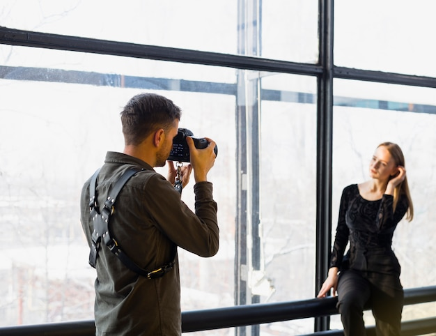 Fotograf, der fotos des jungen weiblichen modells macht Kostenlose Fotos