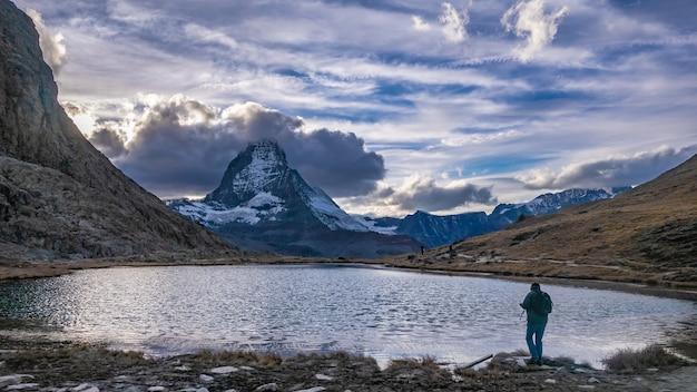 Fotograf mit seeschnee mountain view Premium Fotos