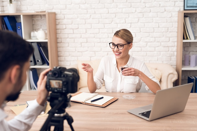 Fotograf schießt geschäftsfrau für business-podcast. Premium Fotos