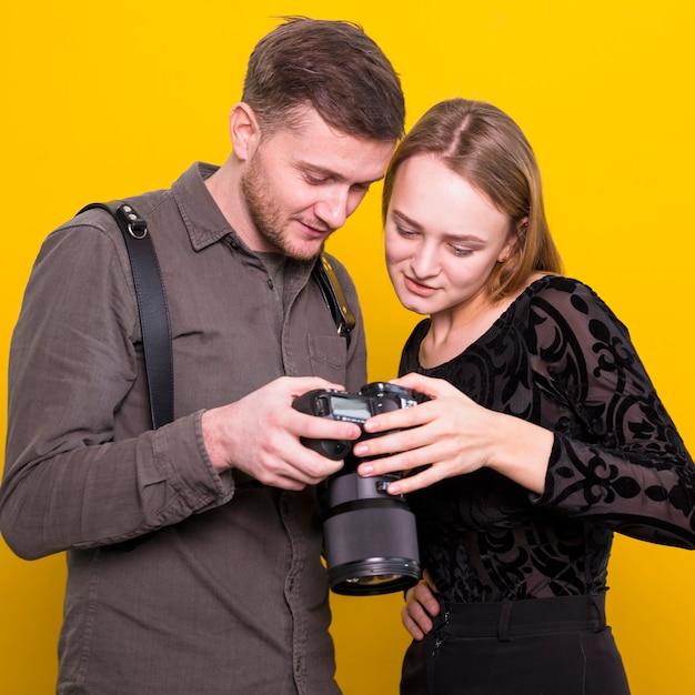 Fotograf und modell, die bilder vor der kamera überprüfen Kostenlose Fotos