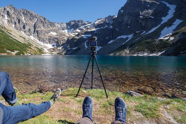 Fotografen genießen einen herrlichen blick auf den bergsee Premium Fotos