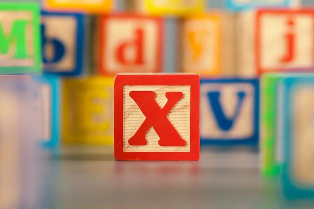 Fotografie des bunten holzklotz-buchstaben x Premium Fotos