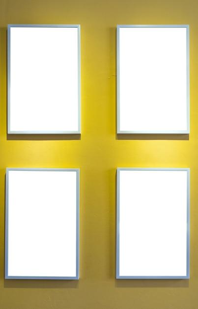 Fotorahmen über dem gelben wandhintergrund, innengalerie Premium Fotos