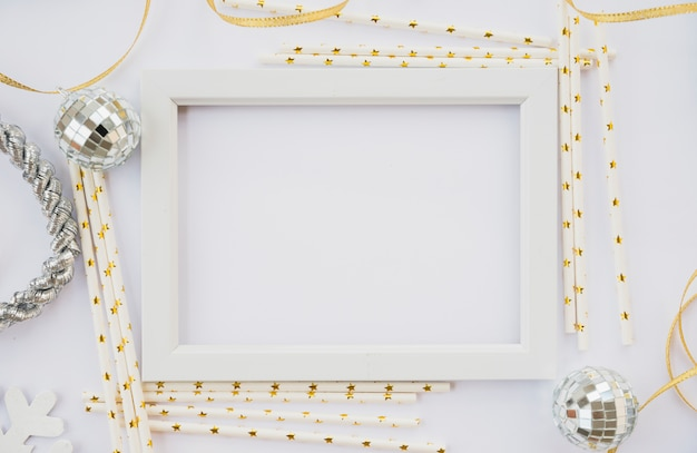 Fotorahmen zwischen ornamentstäben und kugeln Kostenlose Fotos