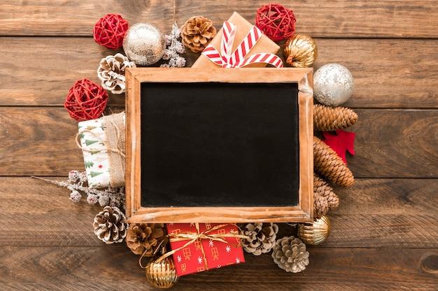 Fotorahmen zwischen weihnachtsverzierungen Kostenlose Fotos