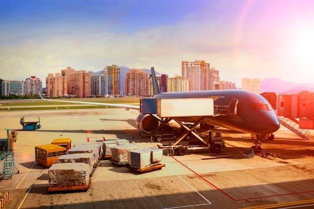 Frachtflugzeugladen für logistik- und transportgeschäft Premium Fotos