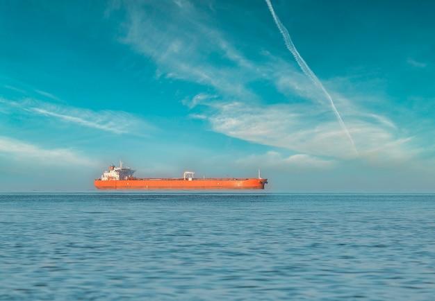 Frachtschiff auf offener see Premium Fotos
