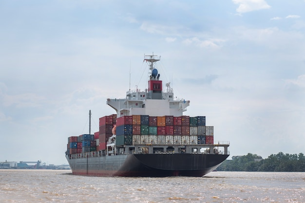 Frachtschiff im fluss Premium Fotos