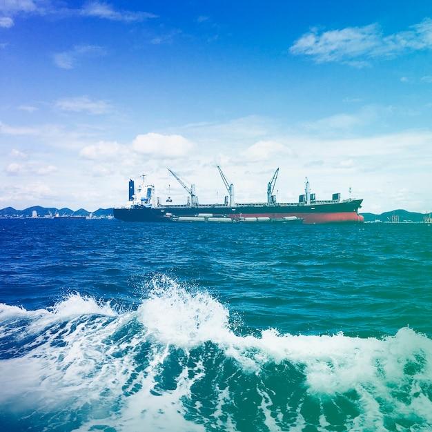 Frachtschiff im ozean Kostenlose Fotos