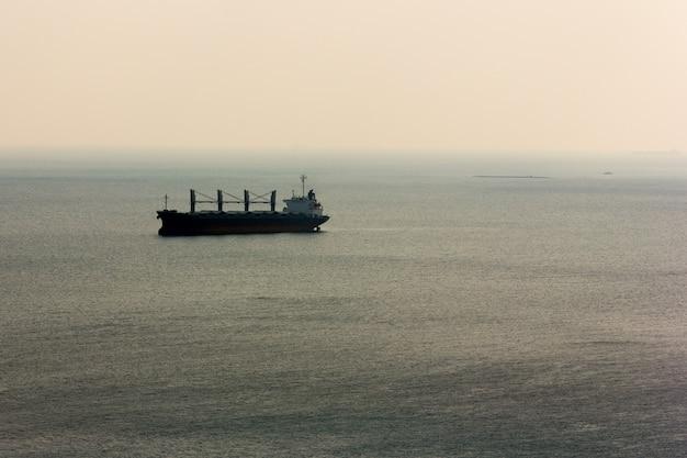 Frachtschiff in meer im ruhigen, selektiven fokus Premium Fotos