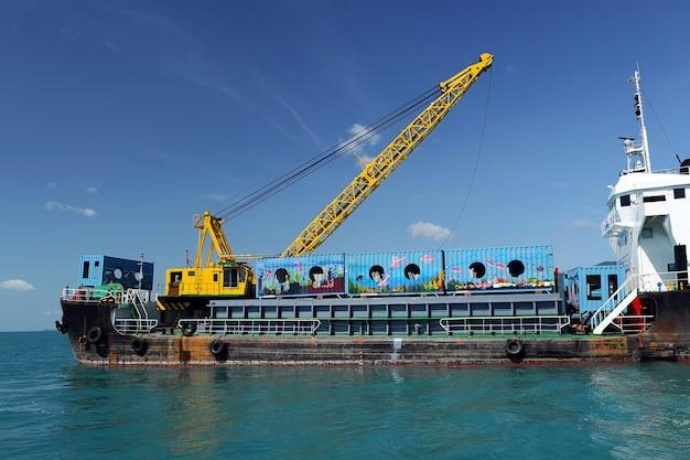 Frachtschiff-tropfenbehälter im meer für künstliches riff in nakornsrithammarat, thailand. Premium Fotos